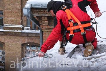 Чистка снега и уборка сосулек с крыш фото