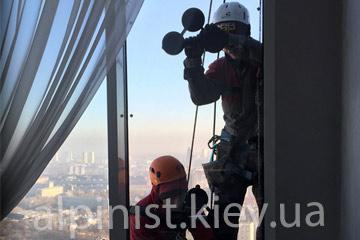 качественное остекление профессиональными альпинистами на высоте фото