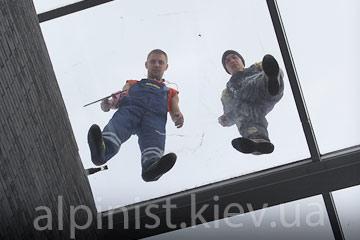 мойка стеклянных фасадов альпинистами фото