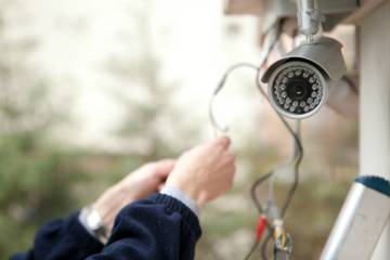монтируют камеру на фасаде дома
