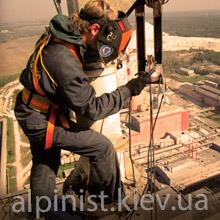 сварочные работы на высоте альпинистом фото категории