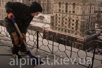 чистка снега с крыш дома в киеве фото