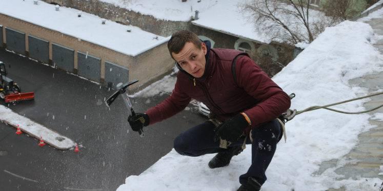 Чистка снега с крыш. Здание Укртелекома