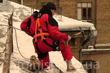 очистка снега с крыш бесан инвест фото