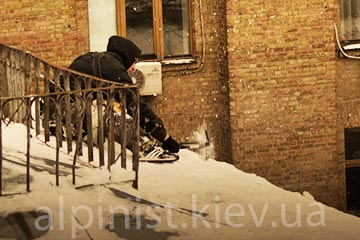 уборка снега с крыш альпинистами на здании укртелекома фото