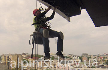 монтаж рекламного баннера на Майдане Независимости