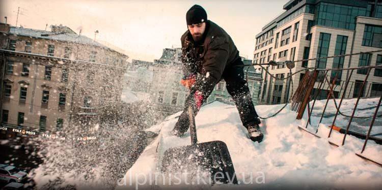 чистка снега с крыш альпинистом фото слайдера