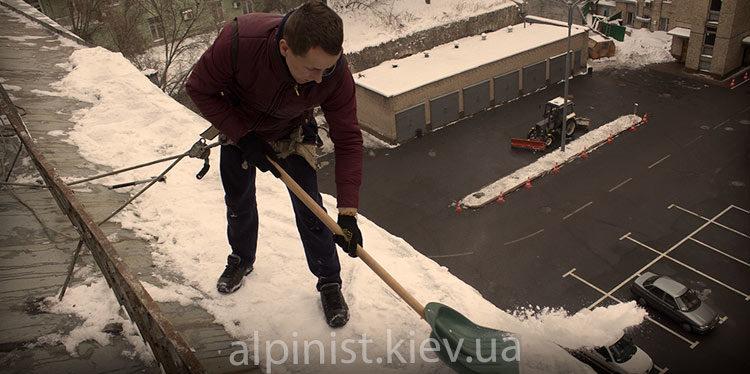 чистка снега с крыш дома альпинистом фото слайдера