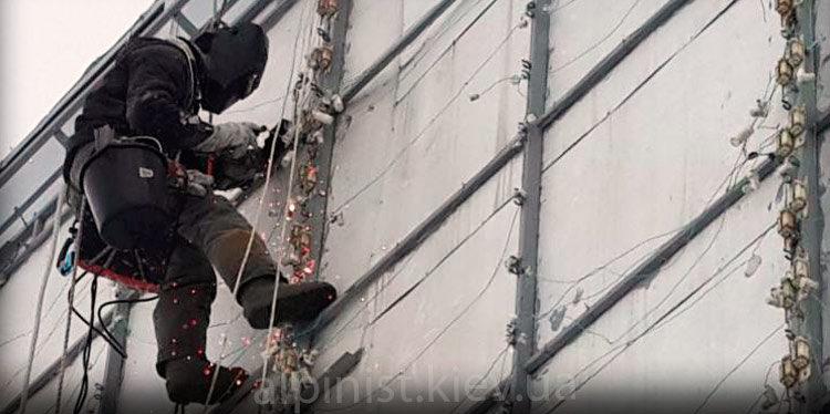 сварка на высоте промышленным альпинистом фото слайдера