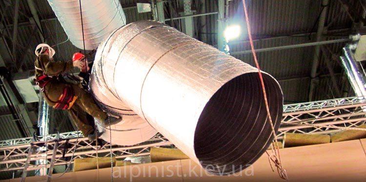 монтаж вентиляционных труб профессиональными альпинистами фото слайдера