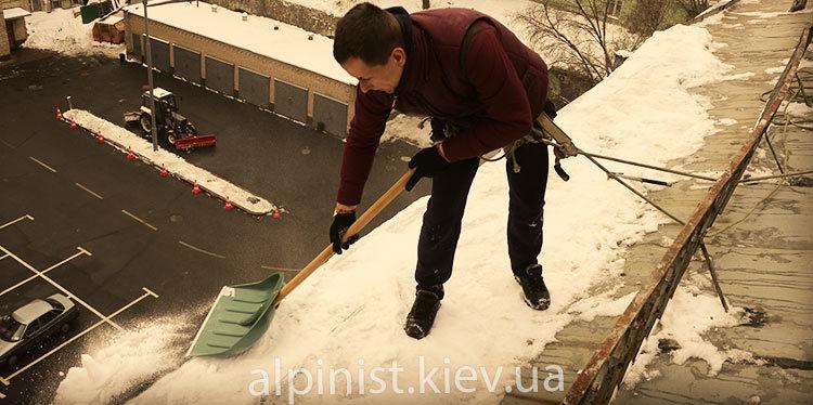 уборка снега с крыш здания укртелекома фото слайдера