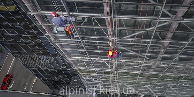 монтаж освещения профессиональными альпинистами тц большевик фото слайдера