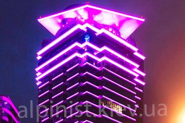 пример работы подсветка фасада дома джек хаус профессиональными альпинистами