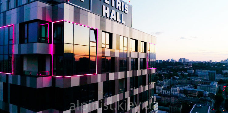 подсветка фасадов зданий альпинистами тетрис холла