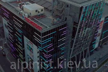 пример работы монтаж освещения фасада торговый центр большевик