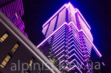 наши работы главная подсветка фасада дома альпинистами жк джек хаус фото