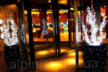 новогоднее оформление отеля альпинистами фото