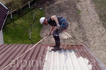 окрашивание крыши профессиональными альпинистами фото