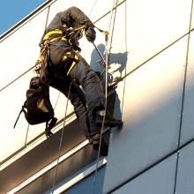 Как альпинист делает ремонт вентилиируемых фасадов картинка